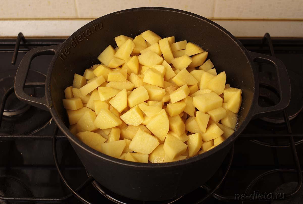 На курицу выложить картофель