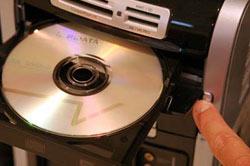 コンピュータにディスクを挿入します