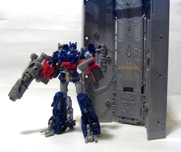 Dark of the Moon Voyager Optimus Prime with Trailer Images ...