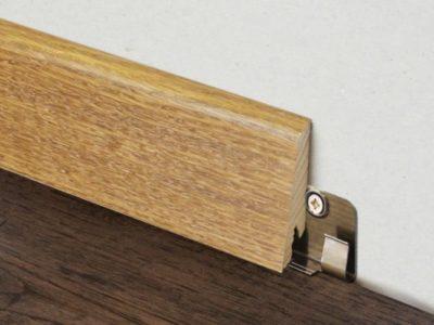 Rögzítsen egy fából készült lábazatot egy speciális rögzítőn