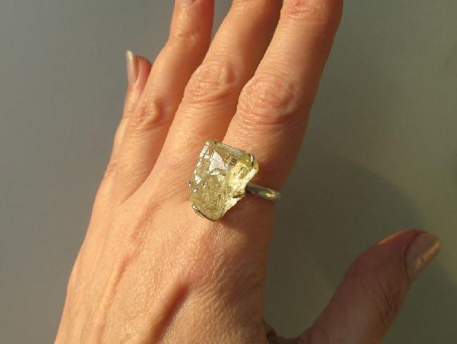 anello su un dito