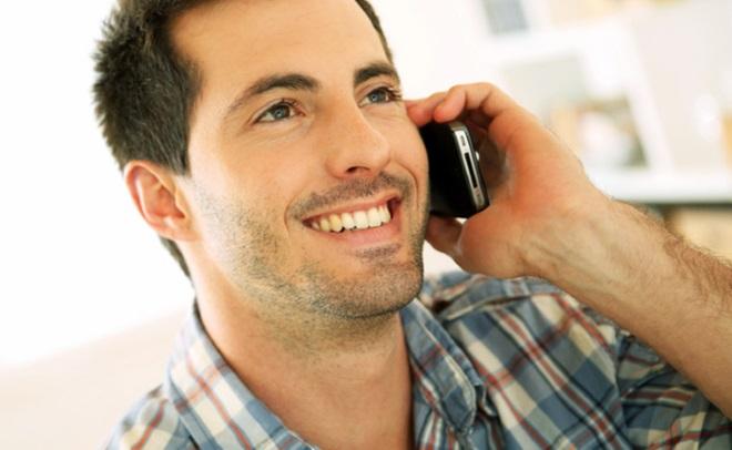 این مرد تلفن را می خواند