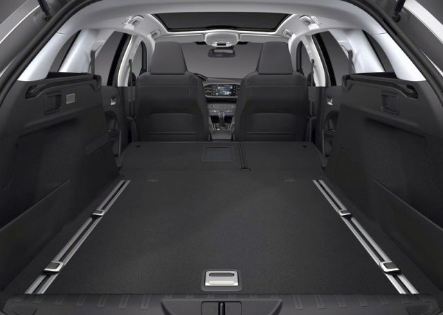 2015_PEUGEOT_308_SW_trunk_pic-10