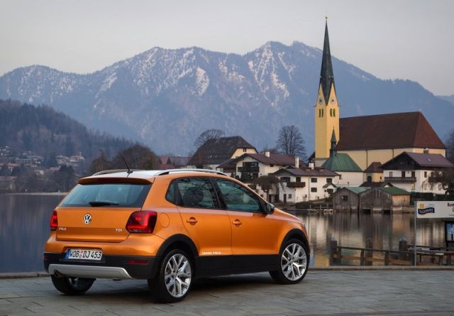 2015_VW_CROSSPOLO_rear_pic-2
