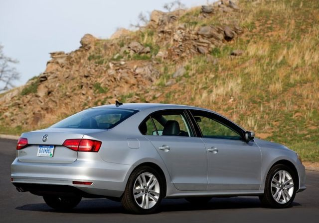2015_VW_JETTA_rear_pic-4