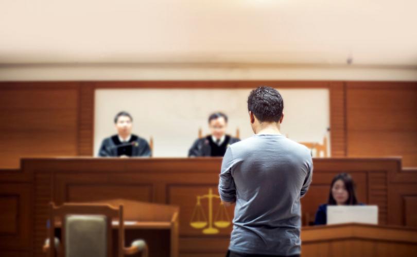 Homem em frente a tribunal