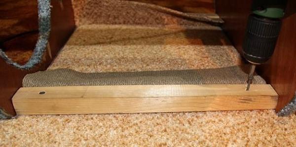 Selvtæppe skruer, som du vælger til fastgørelse af rammen, skal være tilstrækkelig længde. Forudsat at de ikke er, kan negle også komme