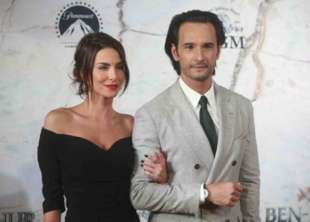 MEXICO CITY, MEXICO - AUGUST 09: Brazilian actors Melanie Fronckowiak (L) and Rodrigo Santoro (R) pose during the premiere of the Ben-Hur film at Metropolitan Theatre on August 09, 2016 in Mexico City, Mexico. (Photo by Hector Vivas/LatinContent/Getty Images)