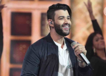 Gusttavo Lima canta no Hora do Faro (Foto: Antonio Chahestian/Record TV)