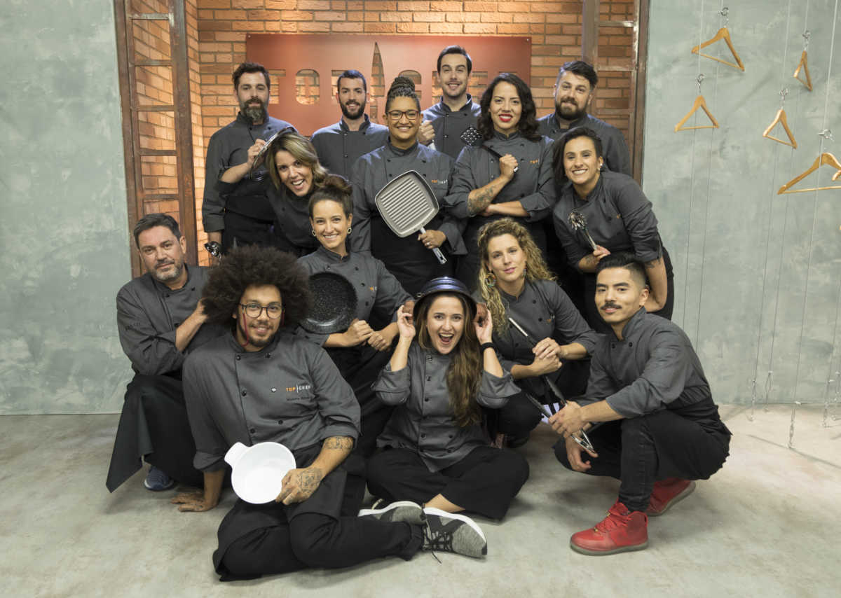 Os 14 participantes do Top Chef 2 posam juntos