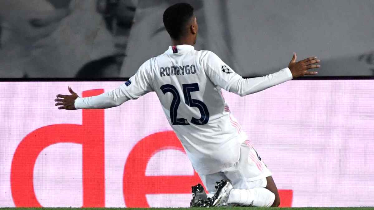 Rodrygo comemorando gol com a camisa do Real Madrid