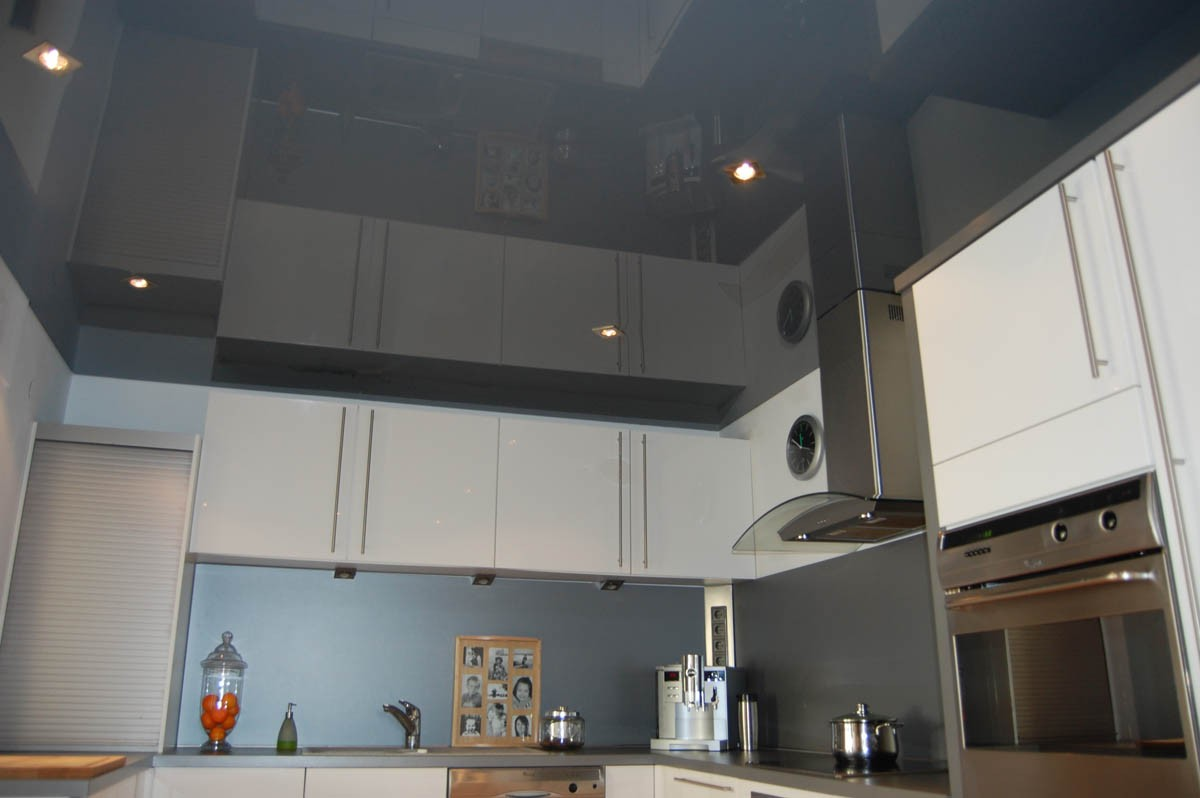 Dark glossy ceiling in the kitchen