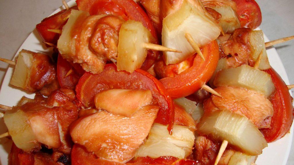 Kana lihaa vartaalla tomaatti kirsikka ja ananas