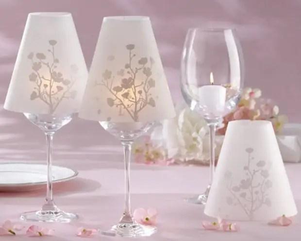 Le chandelier en verre avec abat-jour sera la magnifique décoration de la table festive