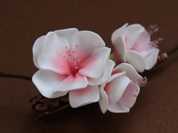 Esta é uma flor de Sakura da argila de polímero.