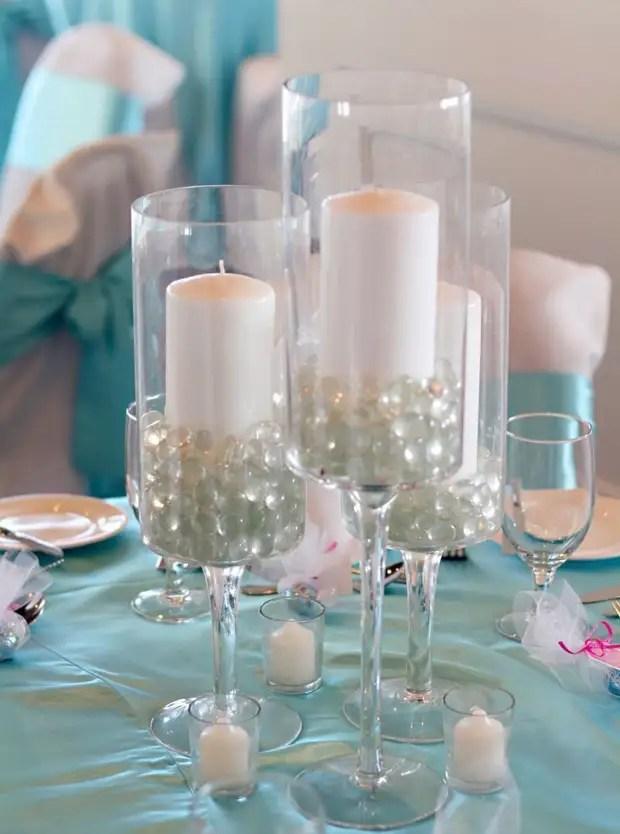 Les perles de perles dans un verre donnent au chandelier élégance et tendresse