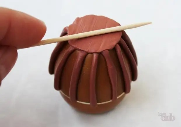 Círculo de argila de polímero preenchendo no fundo, é aconselhável tentar palitos