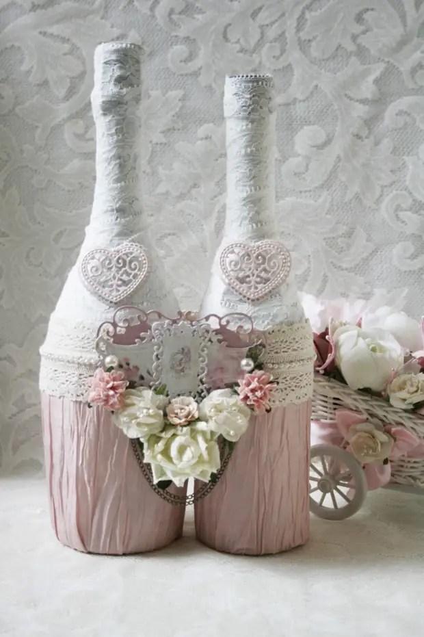 Botol berwarna merah jambu yang dihiasi untuk perkahwinan