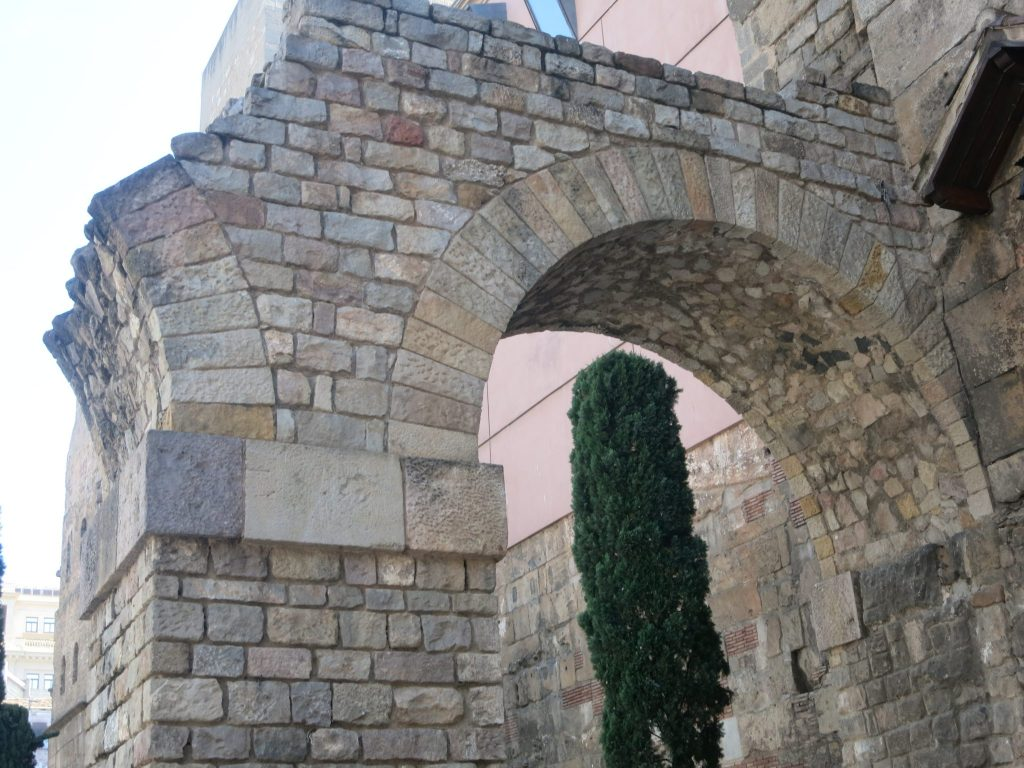 archway in Barcelona that looks Roman but was built by the government after the civil war