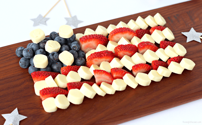 Fourth of july cheese platter kid approved Celebrate Independence Day with a Fourth of July Cheese Platter, Kid-Approved! Perfect healthy appetizer/snack for your family party, American Flag inspired #IndependenceDay #FourthofJuly #Recipe #Snack #HealthyRecipe #Appetizer
