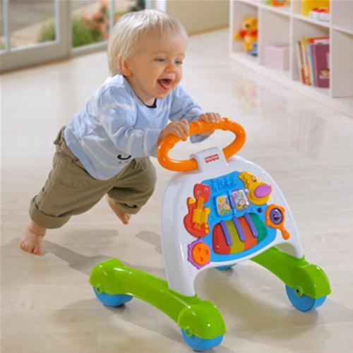 Quando il bambino cominciò a camminare lungo il supporto - offrirgli una macchina sicura con una maniglia. Il bambino camminerà dietro di lei, tenendo le maniglie.