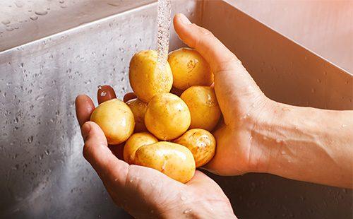 Моет картофель