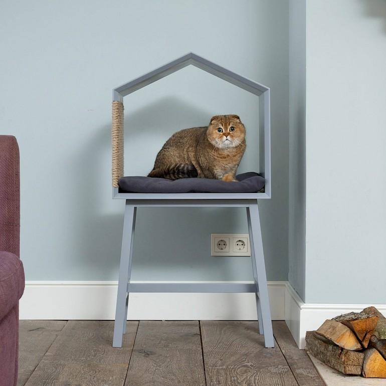 Hus til en kat fra en stol