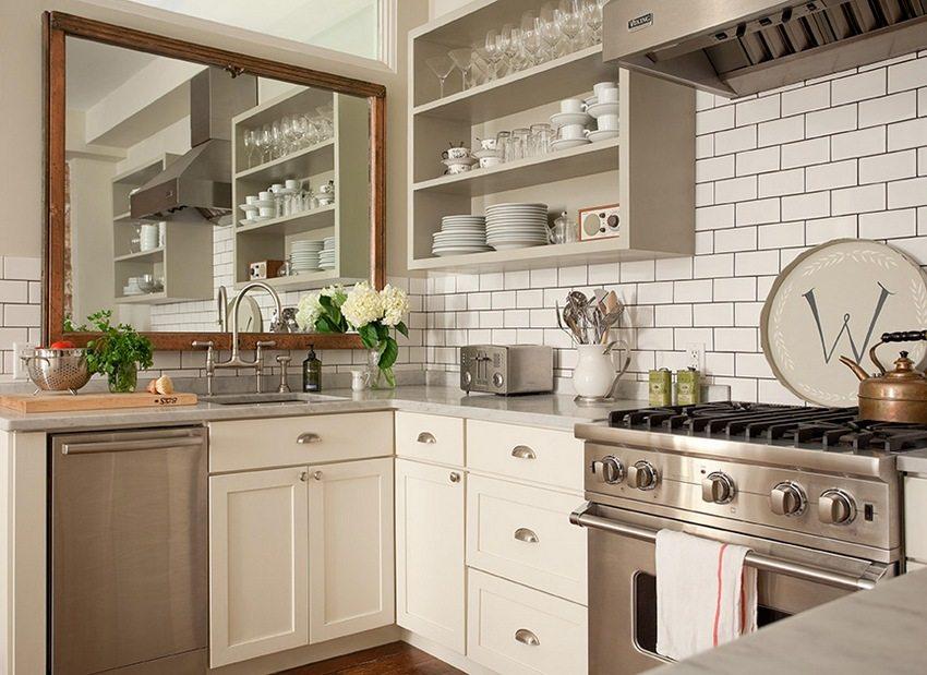 Șorțul din bucătărie este decorat cu panouri plastice stilizate sub țiglă