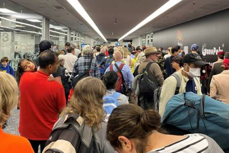 coronavirus crowds at auckland airport a sure way to spread covid 19 passenger says stuff co nz