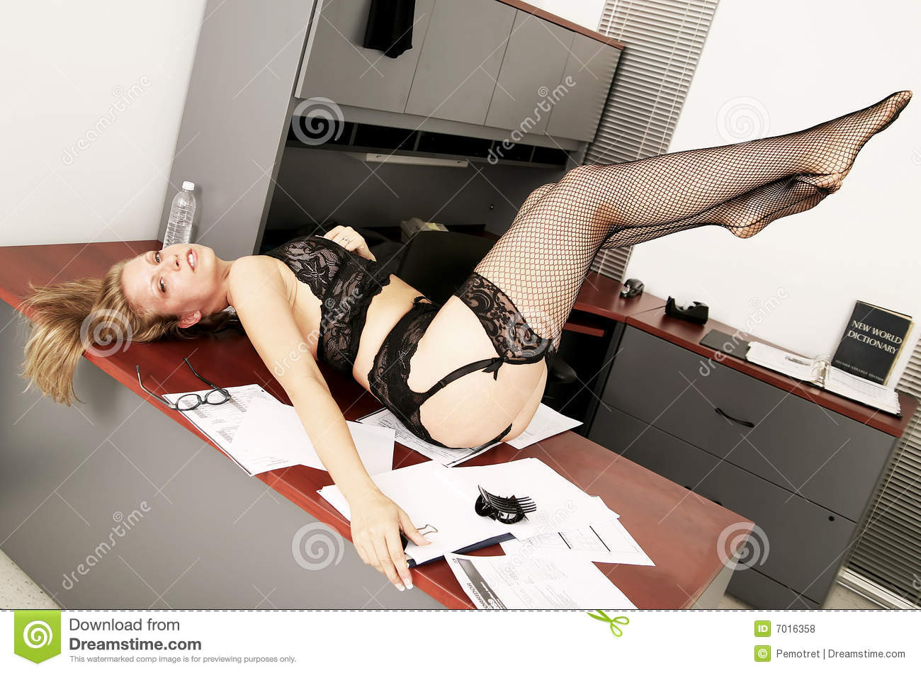 Le Meilleur Secretary Messing On Table Royalty Free Stock Photos Ce Mois Ci