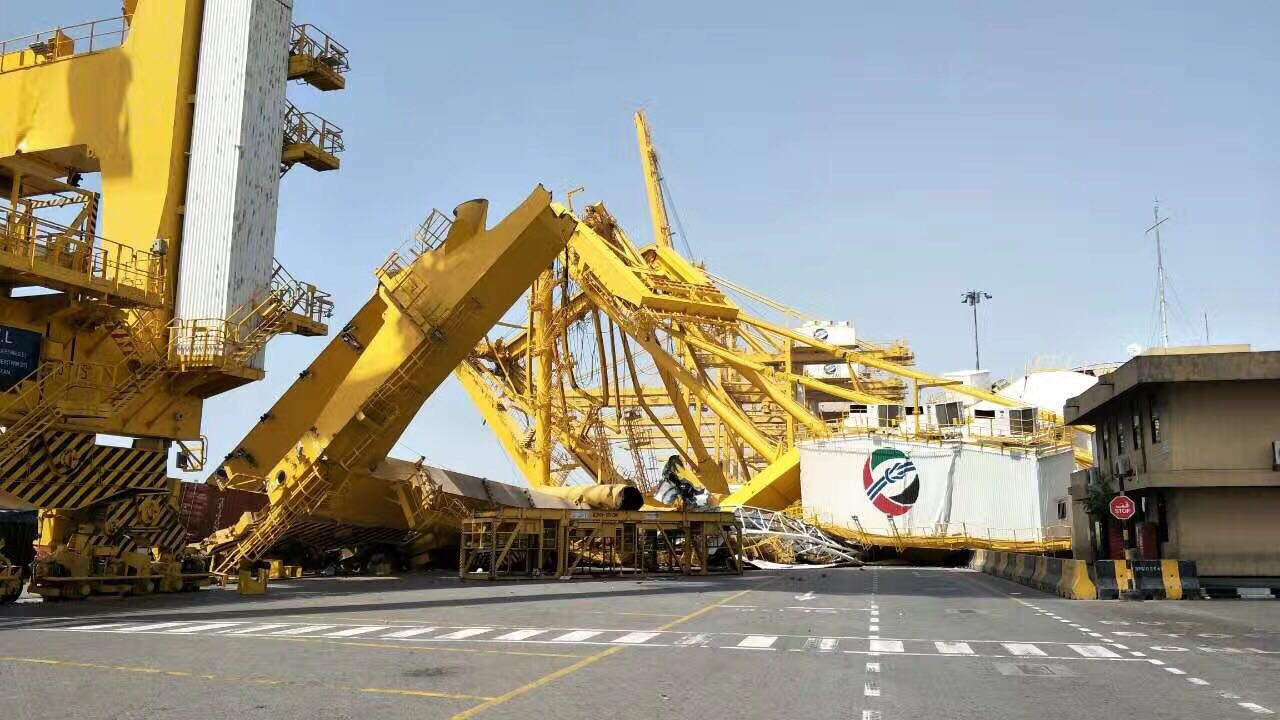 Le Meilleur Container Crane Knocked To The Ground At Dubai Jebel Ali Ce Mois Ci