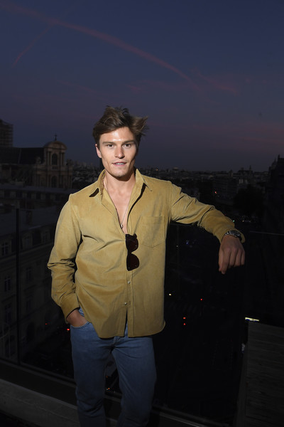 Le Meilleur Oliver Cheshire Photos Photos Cocktail Party Mr Porter Ce Mois Ci