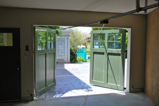 Le Meilleur Out Swing Carriage Garage Doors Traditional Garage And Ce Mois Ci