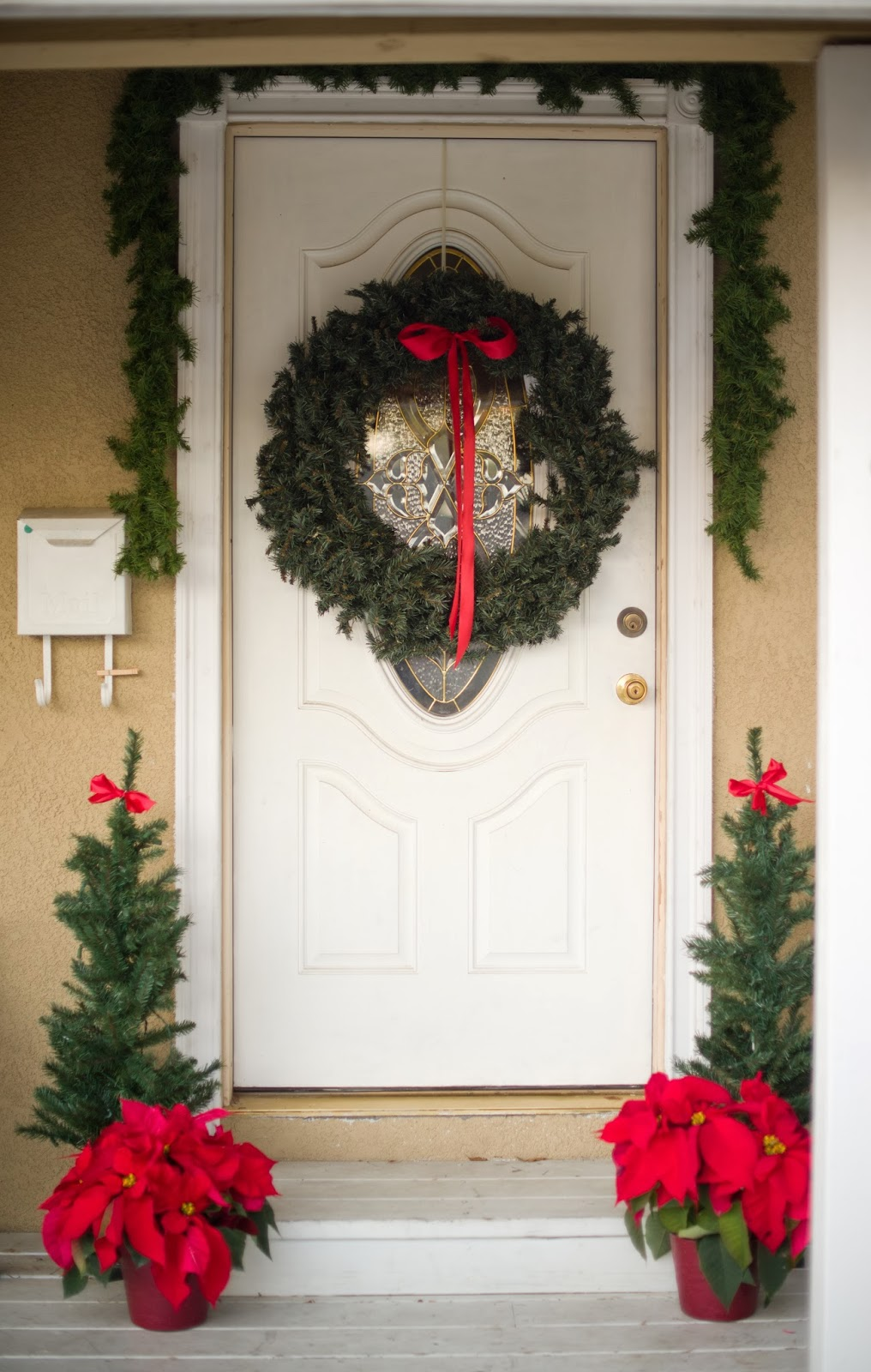 Le Meilleur Domestic Fashionista Traditional Red Christmas Front Porch Ce Mois Ci