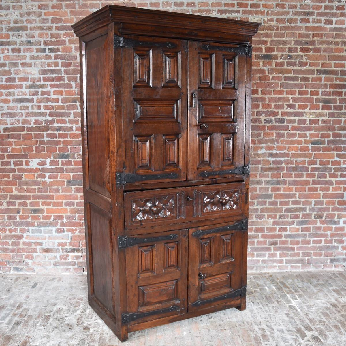 Le Meilleur South European Walnut 4 Door Cabinet Ce Mois Ci