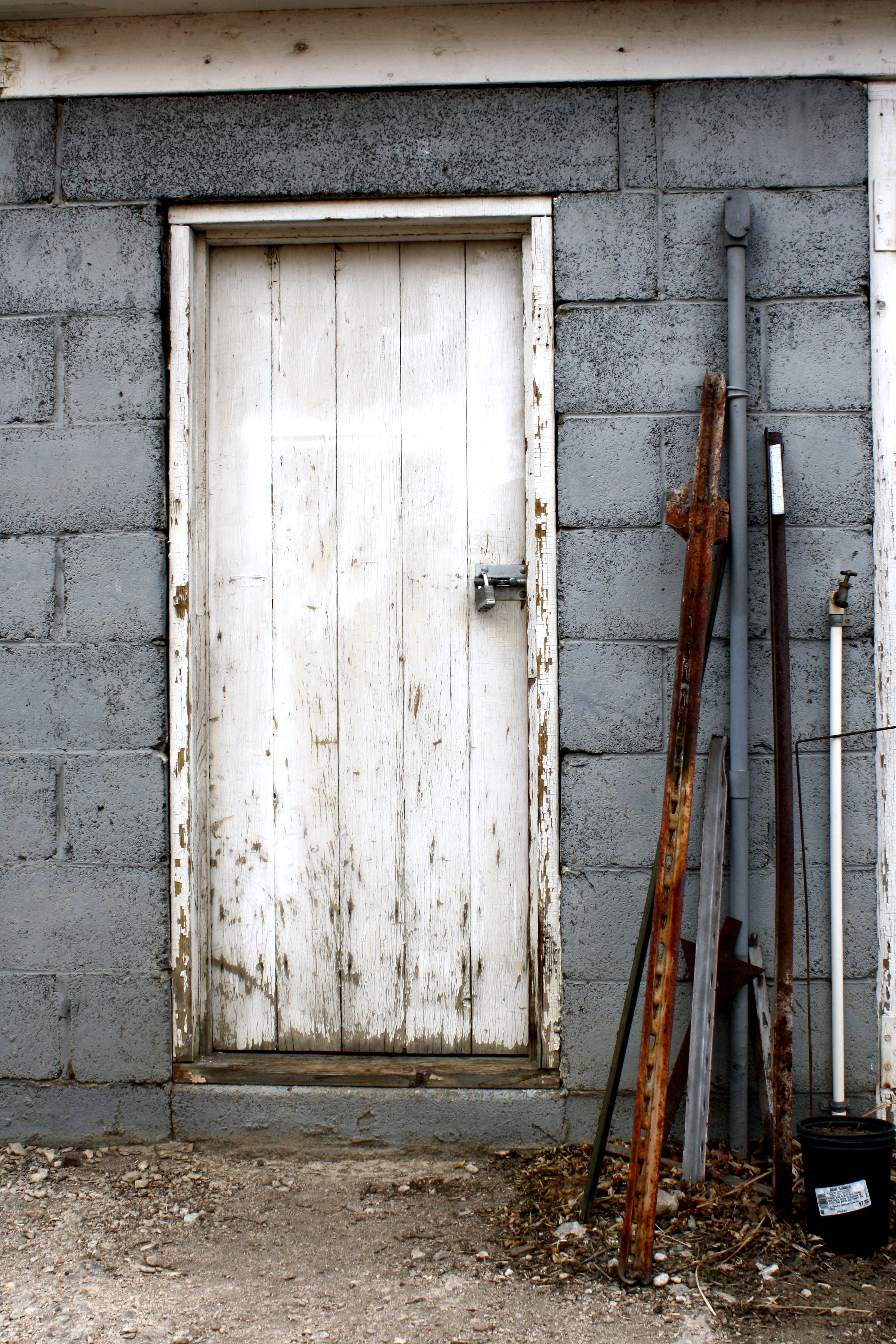 Le Meilleur Old Shed Door With Metal Stakes Leaning Next To It Picture Ce Mois Ci