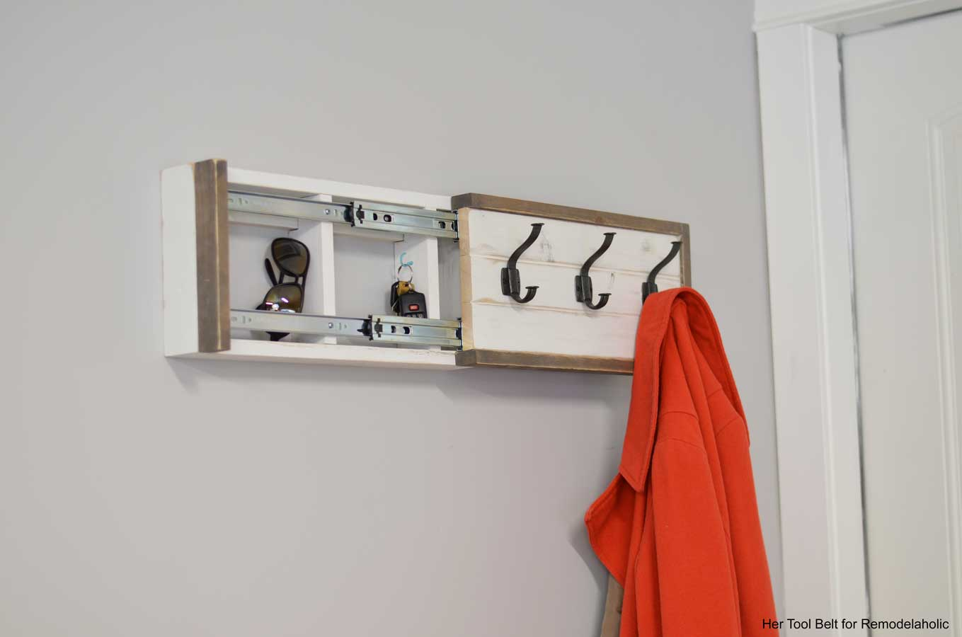 Le Meilleur Remodelaholic Build A Wall Coat Rack With Hooks And Ce Mois Ci