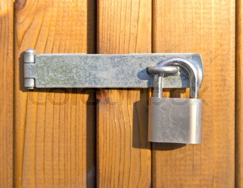 Le Meilleur Padlock Securing Room With Wooden Doors Stock Photo Ce Mois Ci