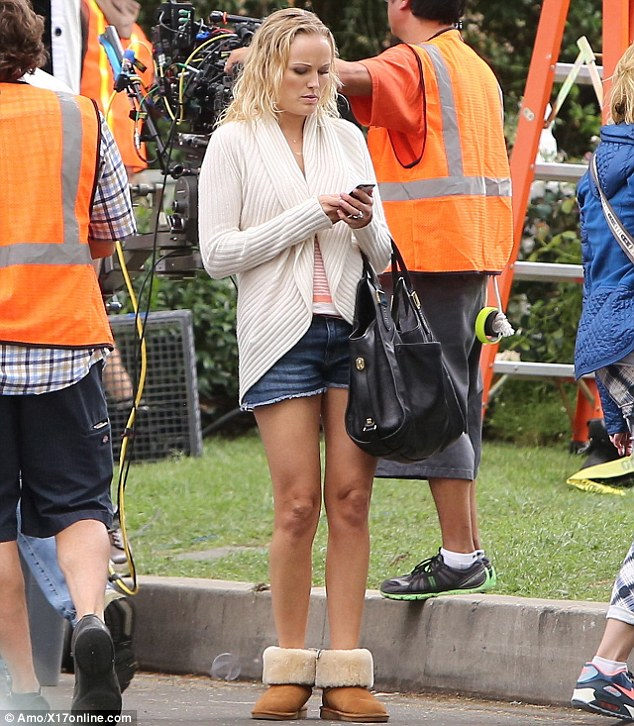 Le Meilleur Malin Akerman Wraps Up In Cosy Cardigan And Ugg Boots As Ce Mois Ci