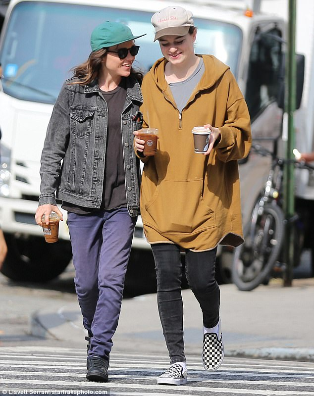 Le Meilleur Ellen Page Gets Cozy With Emma Portner In Nyc Before Emmys Ce Mois Ci