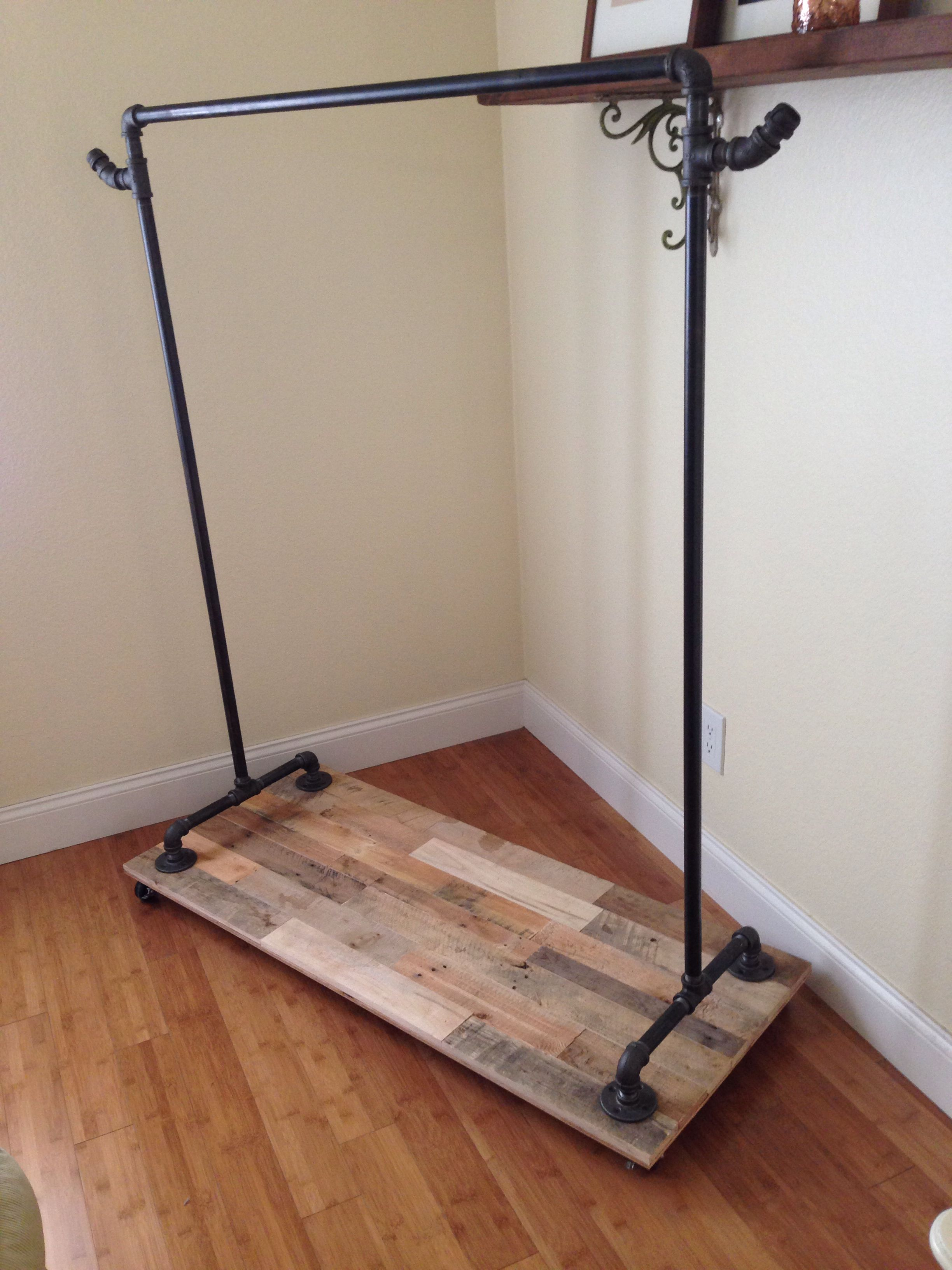 Le Meilleur Pipe Clothing Rack With Reclaimed Pallet Base On Wheels Ce Mois Ci