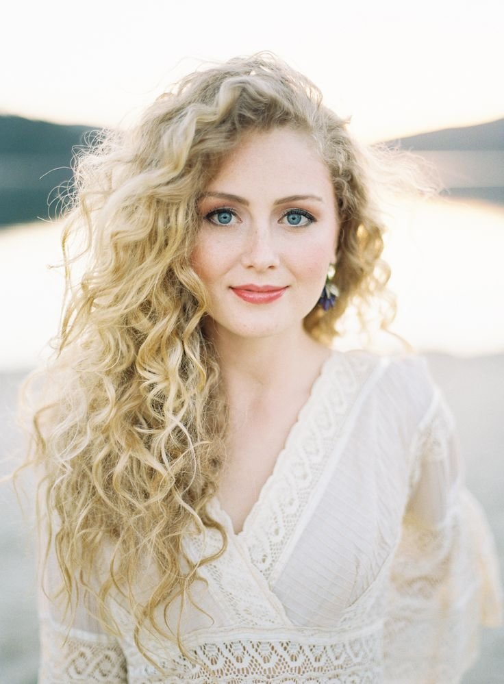The Best 15 Modern Curly Hairstyles For Your Wedding Pictures