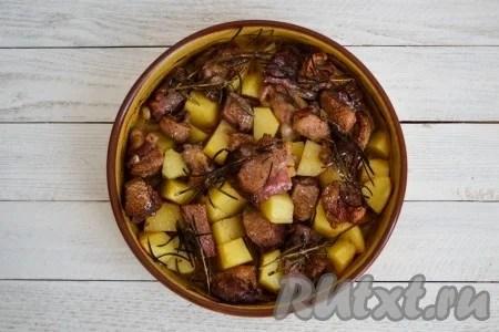 سیب زمینی پخت سیب زمینی با برش غاز در یک کوره پیش گرم شده به مدت 1 ساعت در 180 درجه. شما نیازی به پوشش فرم ندارید و محتویات را مخلوط کنید.