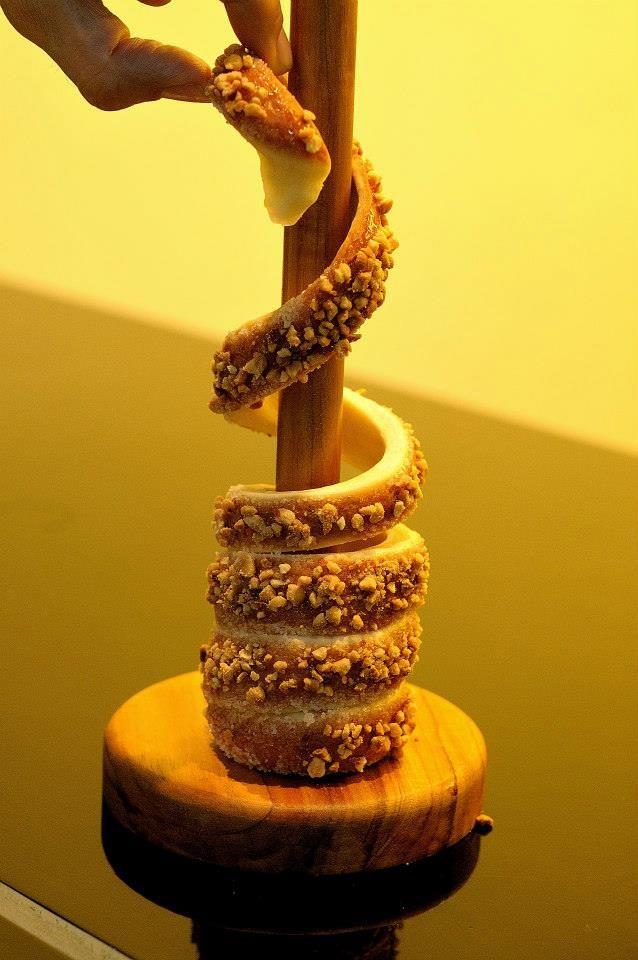 How To Eat A Kurtos Kalacs K 252 Rtőskal 225 Cs Chimney Cake