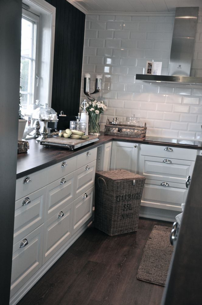 Love The White Cabinets With Silver The Shiny White Tiles