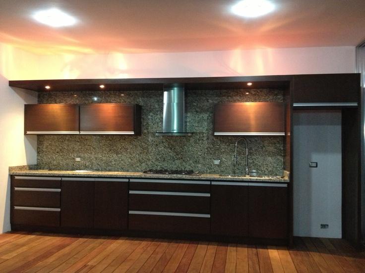 Cocina En Cedro Con Aplicaciones De Aluminio Piso Con