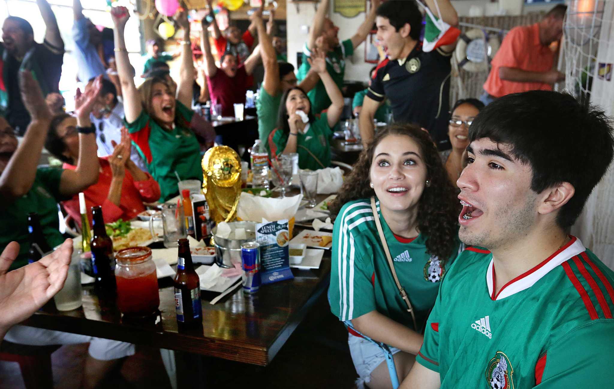 Mexico Fans Watch Team S World Cup Win San Antonio