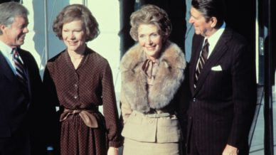 US President Jimmy Carter (L) and first lady Rosalynn Carter (2nd L) greet President elect Ronald Reagan (R) and his wife Nancy Reagan (2nd R), at White House, on November 20, 1980.        (Photo credit should read GENE FORTE,ARNOLD SACHS/AFP/Getty Images)