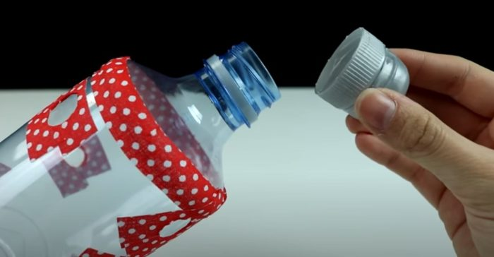 Stäng flaskan av locket.