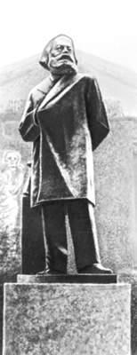 Monument K. Marx i Smolny.